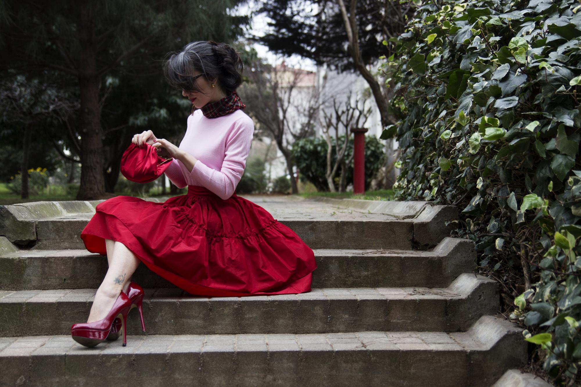 sevgililer günü, sevgililer gününde ne giymeli,kırmızı etek nasıl giyilir, mezuniyet balosu elbise modelleri, twist, nine west, kabarık etek