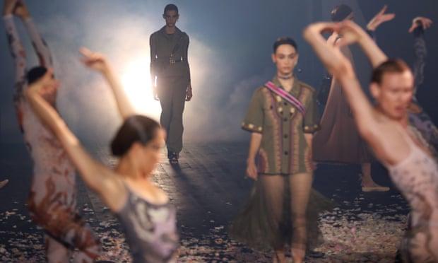 00 Christian Dior SS2019 koleksiyonunda dansçılar modellerle birlikte podyumdaa (1)