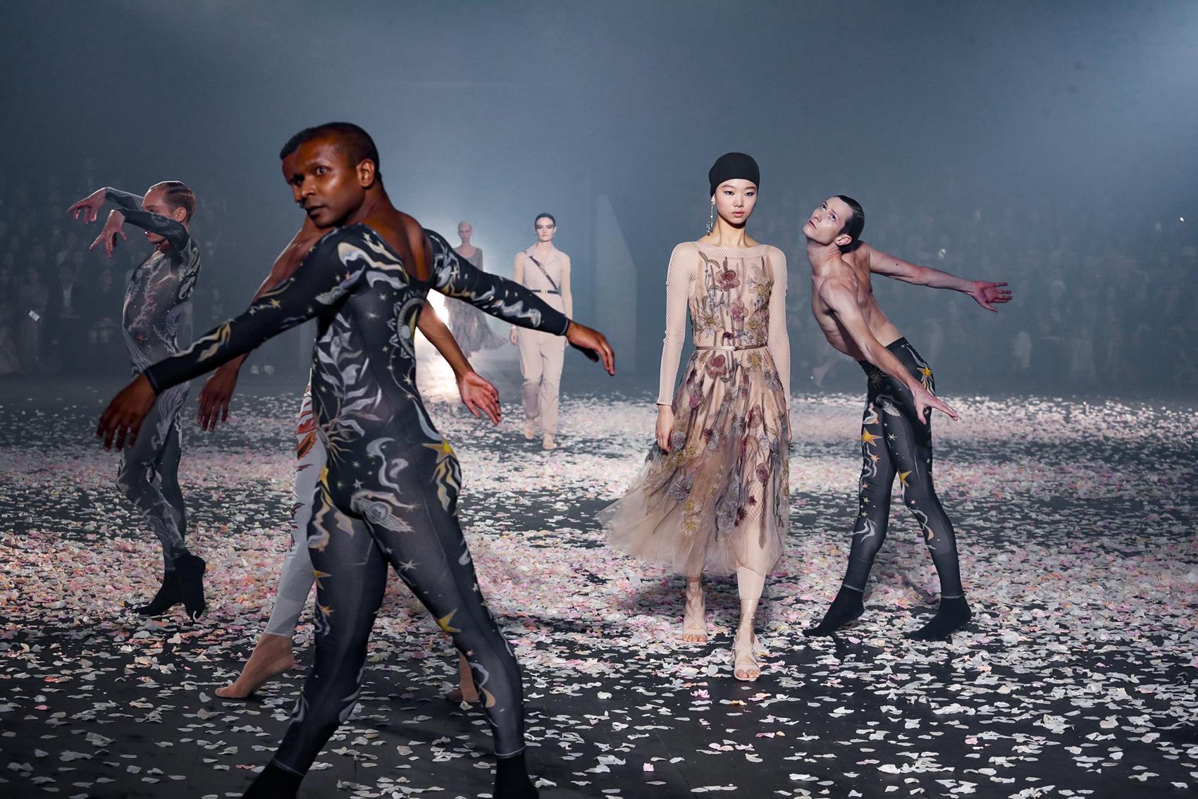 DIOR ilkbahar 2018 koleksiyonu modern dans performansı  ile sunuldu