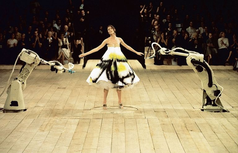 alexander mcqueen ilkbahar 1999 defilesinde ikonik sanat performansı