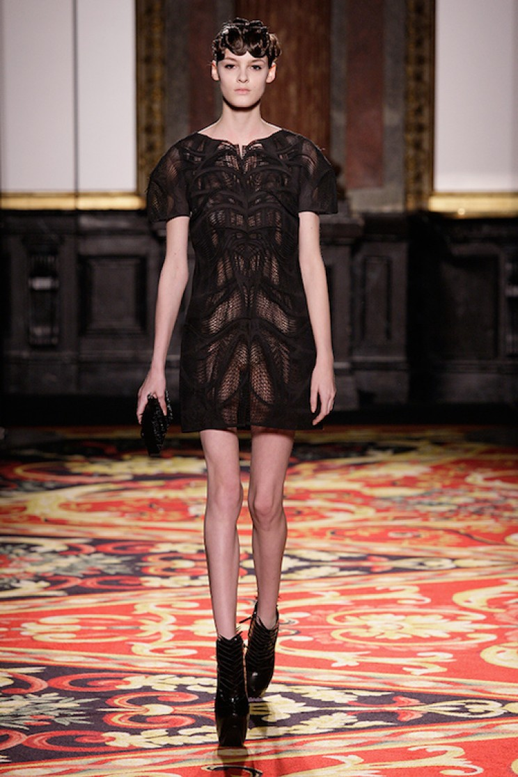 Iris van Herpen tasarımı 3D yazıcı ürünü elbise podyumda