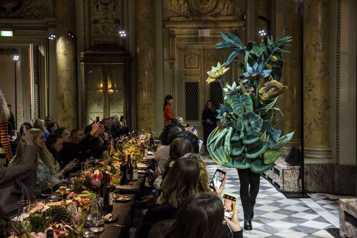06 Kenzo podyumunda Henri Rousseau ormanları giyilebilir sanata dönüştü