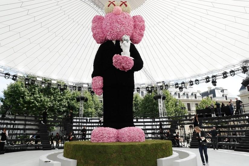 Dior Hommes defilesi için Kaws bebekten heykel