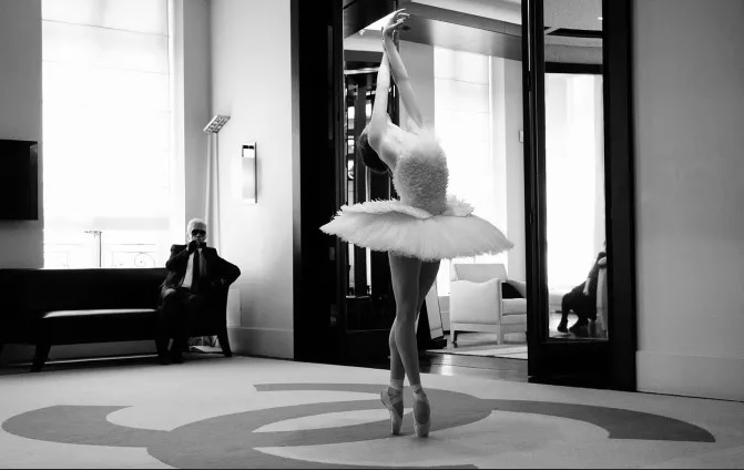 10 Karl Lagerfeld tasarımı prima balerin Elena Glurdjidze'nin Ölen Kuğu sahnesi kostümü