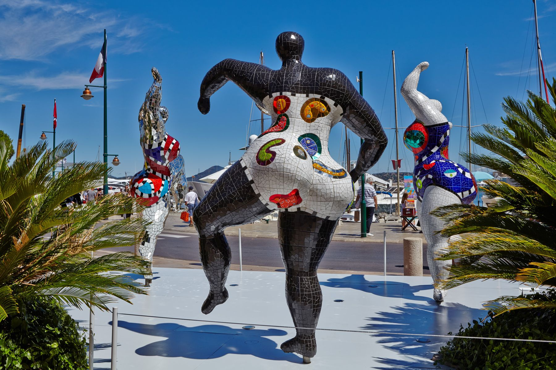 12 St Tropez'de Niki de Saint Phalle heykelleri