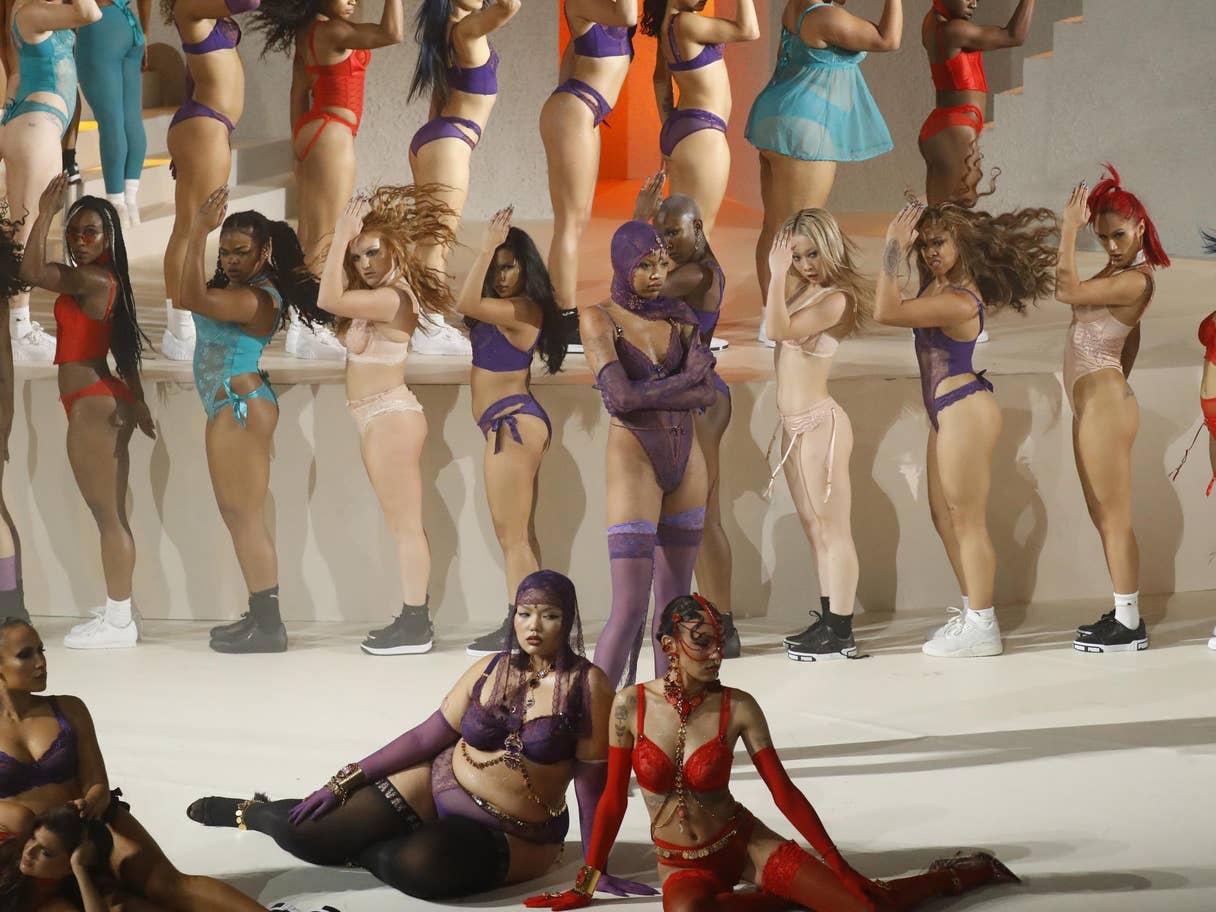 02 Rihanna SavagexFenty iç giyim koleksiyonunu sunduğu şovunda her bedenden kadına sesleniyor